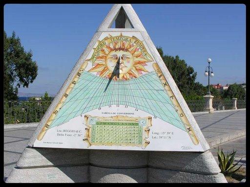 Orologio Solare in Via Marina (Picasaweb)